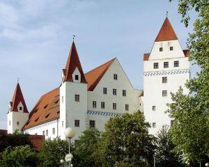 1280px-Neues_Schloss_Ingolstadt_Front